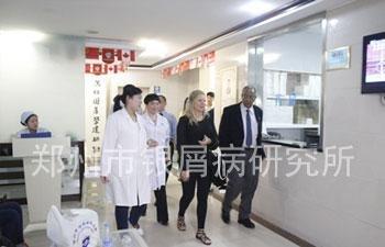 外国专家们在杨淑莲主任的陪伴下参观医院