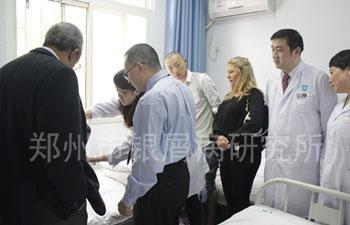 医院专家们陪同外国专家参观医院,并询问临床患者治疗情况